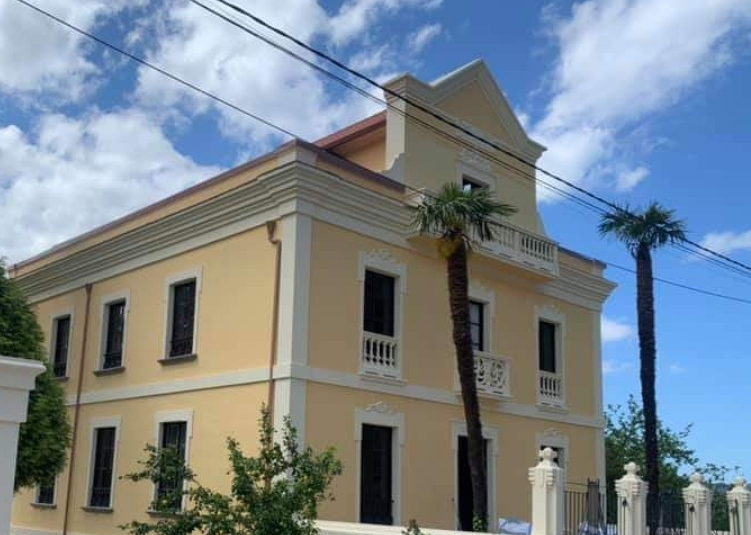 Rehabilitación de fachada de una casa Indiana en Mondoñedo con Realiza
